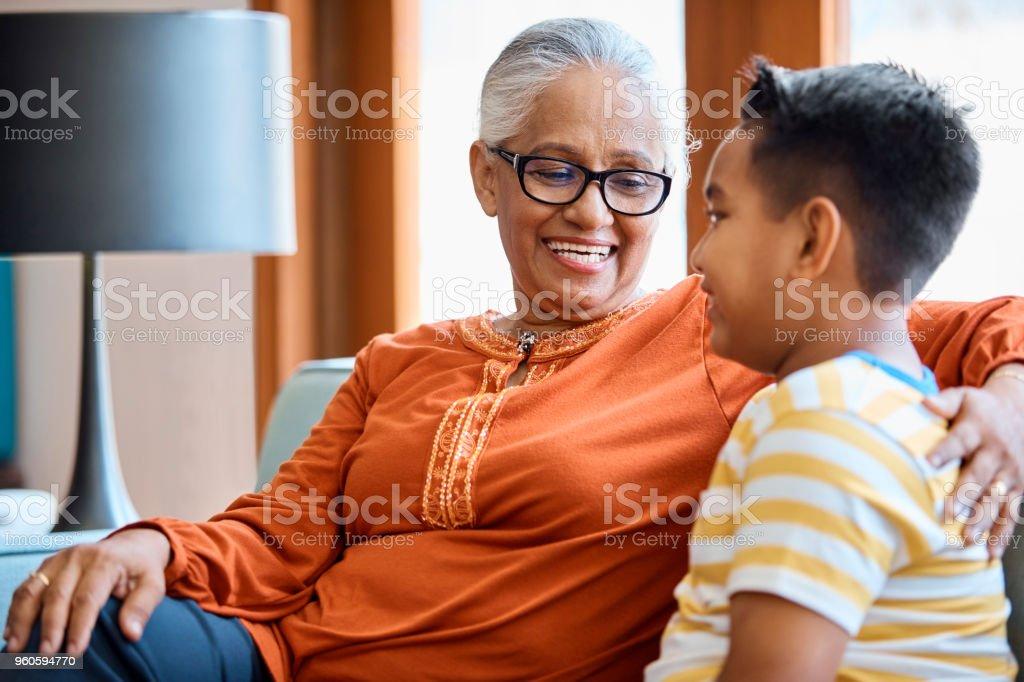 Lächelnde senior Frau betrachten Enkel – Foto