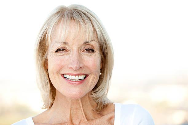 smiling senior woman - vrouw 60 stockfoto's en -beelden