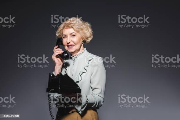 Lächelnde Senior Frau Vintage Telefonisch Am Dunkelgrau Stockfoto und mehr Bilder von Alt