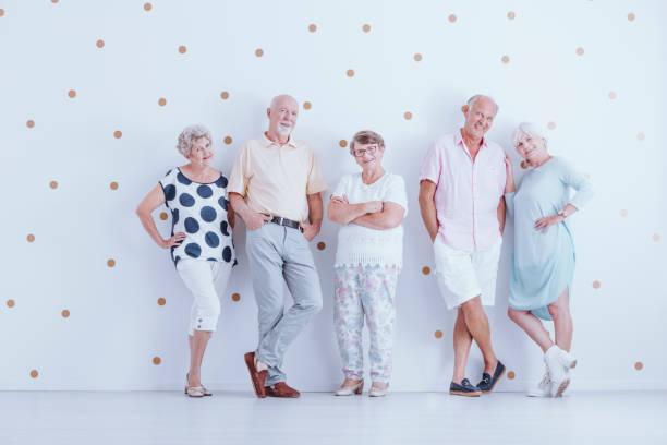 lächelnden senioren in freizeitkleidung - rentenpunkte stock-fotos und bilder