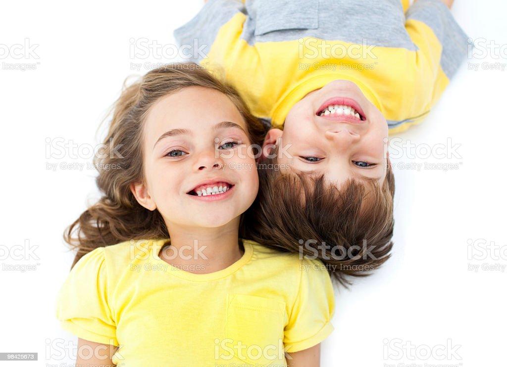 Sorridente fratelli disteso sul pavimento foto stock royalty-free