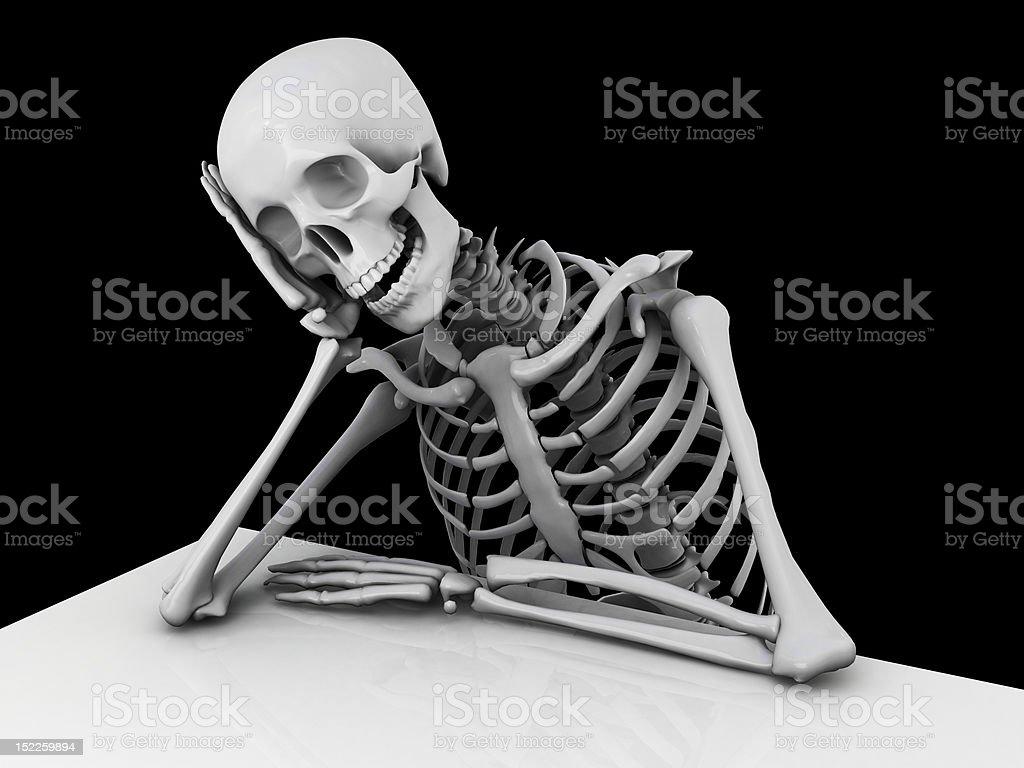 Lächelnd Skelett hinter einem Tisch Lizenzfreies stock-foto