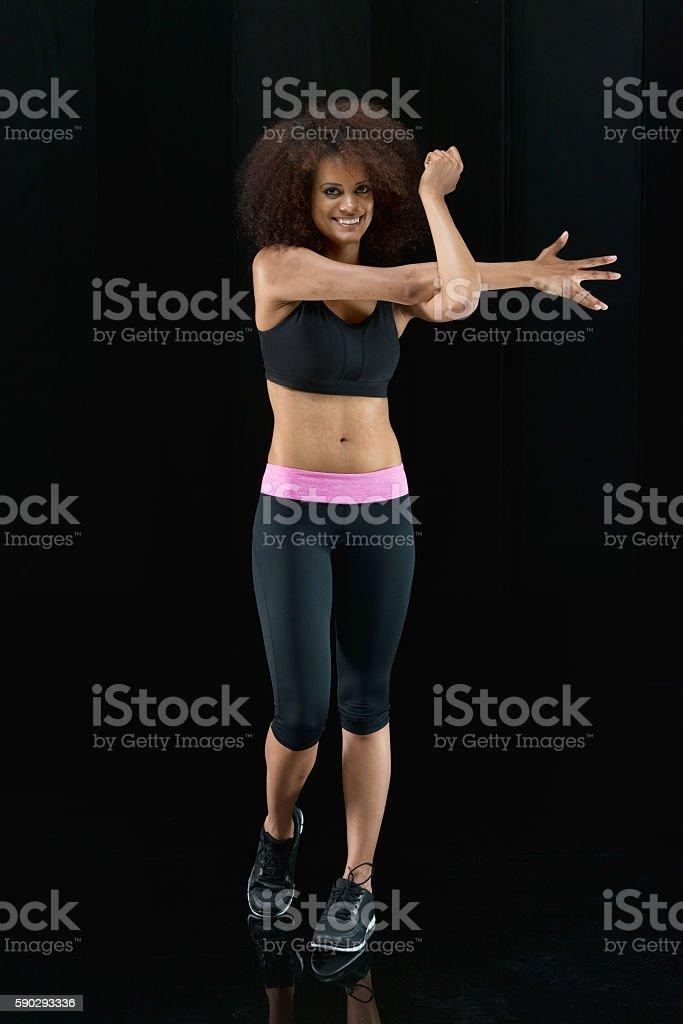 Улыбается спортивный женщина растяжения Стоковые фото Стоковая фотография