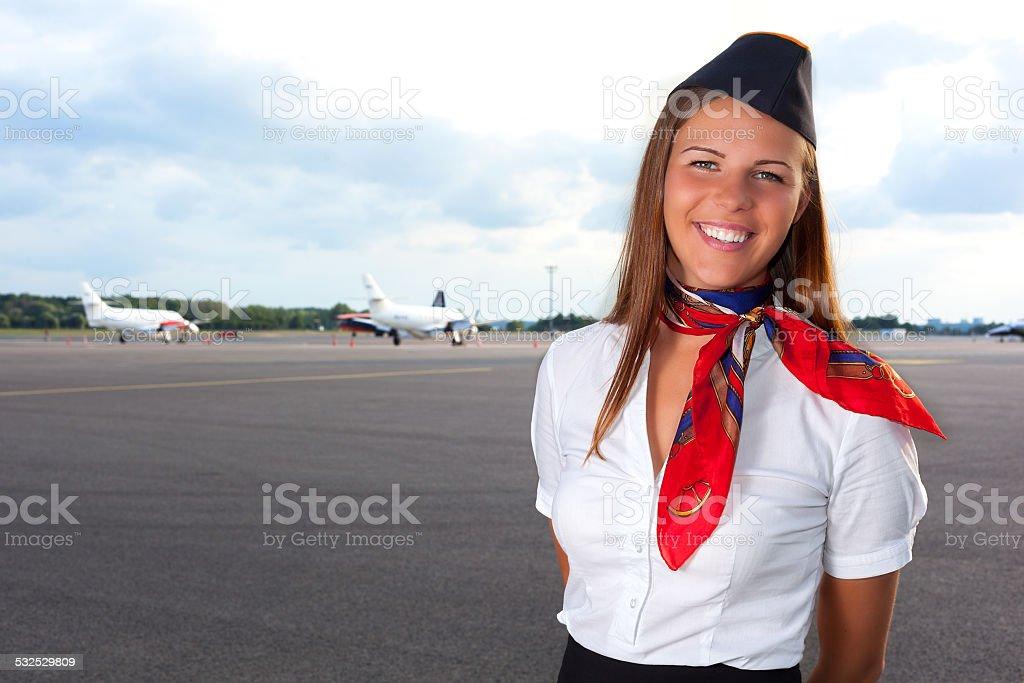 Lächeln stewardess vereinbart werden auf dem Flugfeld – Foto
