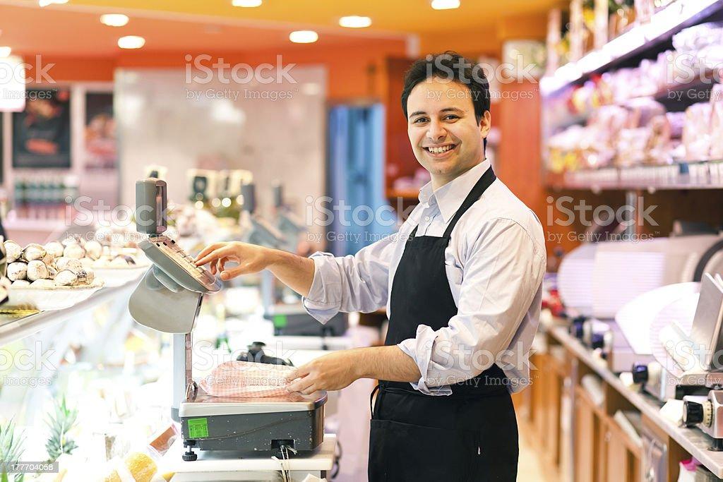Lächelnd Geschäft Schließhaken in den Supermarkt – Foto