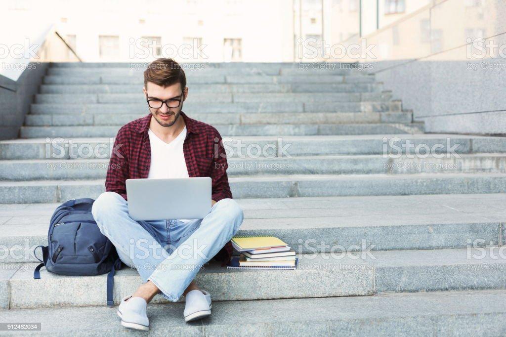 Lächelnd Schüler sitzen auf Treppen mit laptop – Foto