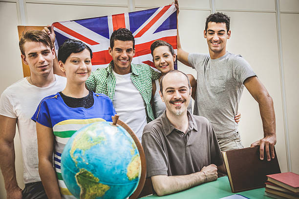 sorrindo alunos em sala de aula com o professor - standing out from the crowd (expressão inglesa) - fotografias e filmes do acervo