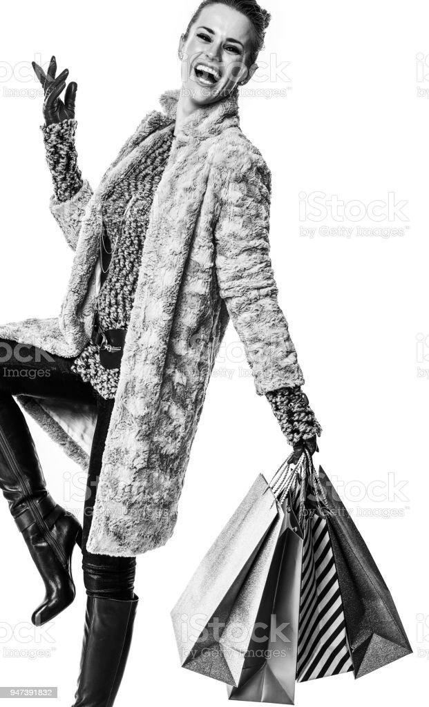 e62bdcafeb46 Sonriendo Con Estilo Shopper En Abrigo Sobre Fondo Blanco Foto de ...