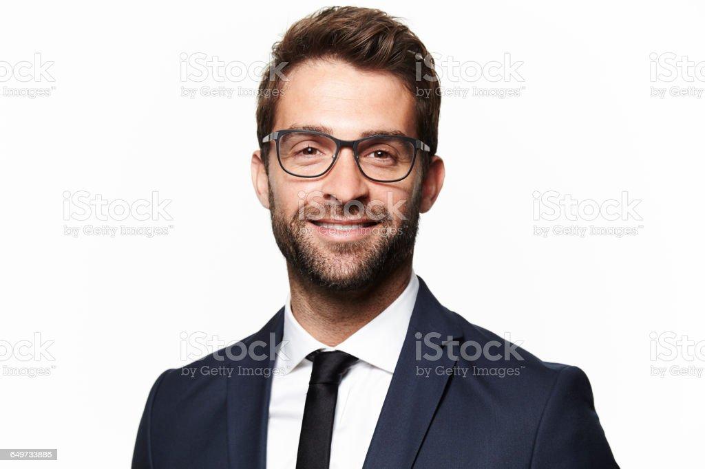 西裝的男人微笑著 - 免版稅30歲到34歲圖庫照片