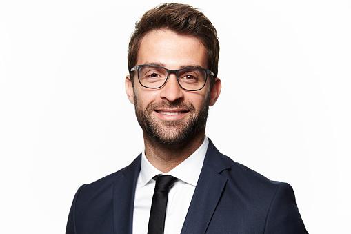 西裝的男人微笑著 照片檔及更多 30歲到34歲 照片