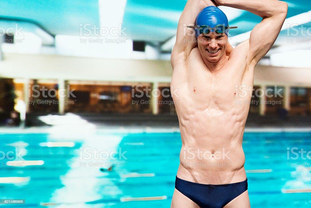 Souriant natation étirements  photo libre de droits