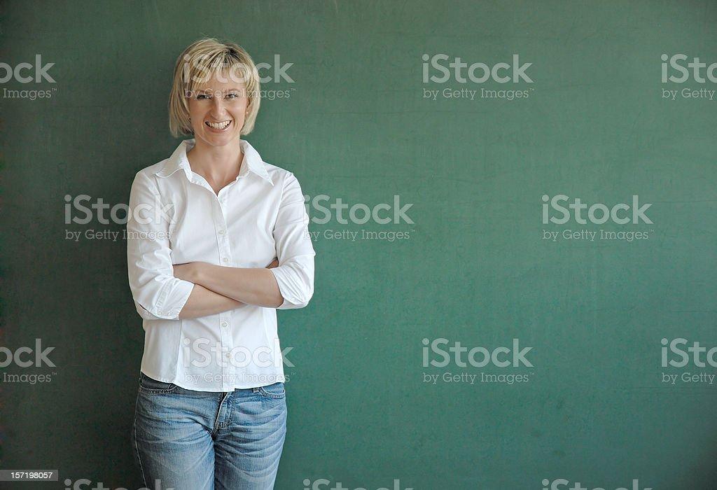 Lächelnd Lehrer an der Tafel – Foto