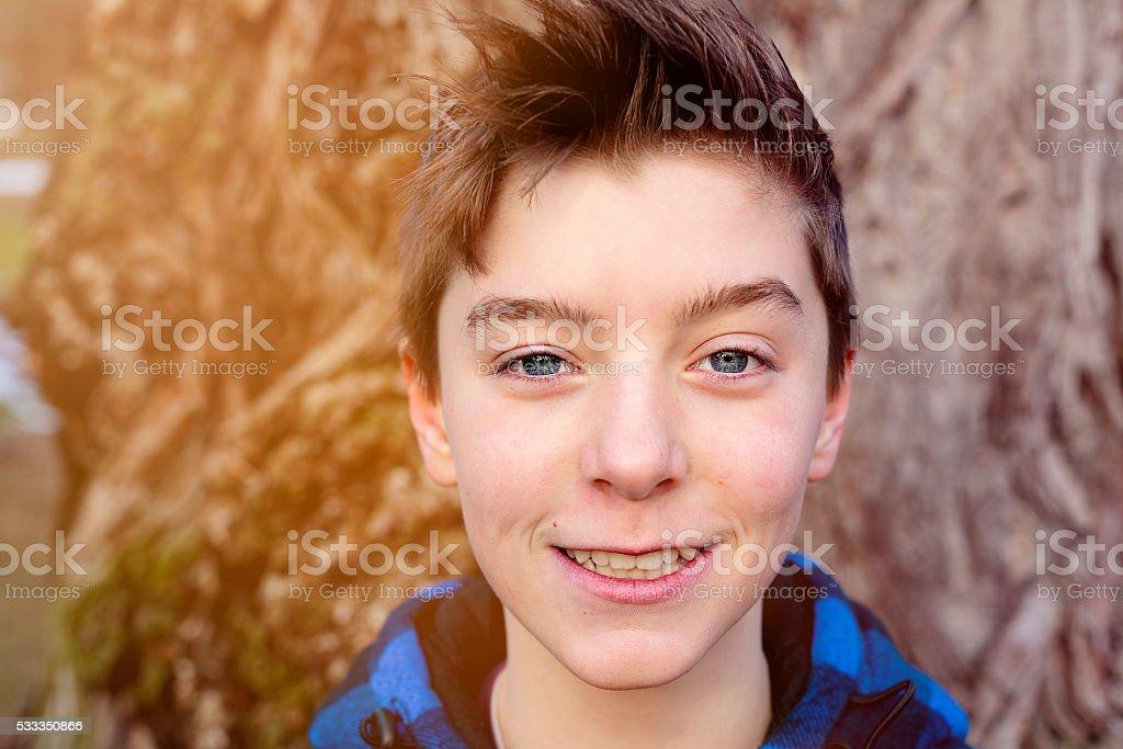 Souriant garçon jouant avec plaid bleu bûcheron jac - Photo