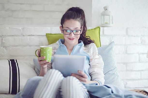 lächelnd teenager-mädchen im hause - brille bestellen stock-fotos und bilder