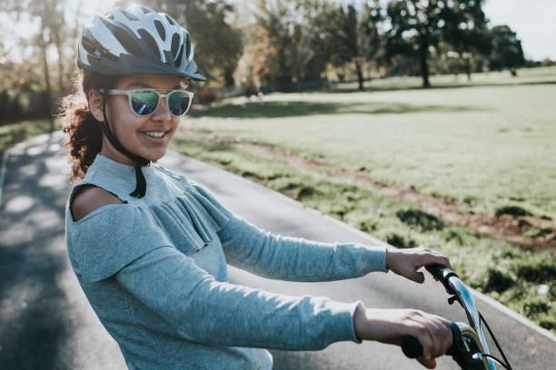 sorrindo de adolescente em bicicleta - girl power provérbio em inglês - fotografias e filmes do acervo