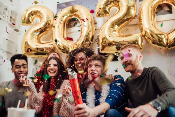 souriant et tirs de confettis - 2020 photos et images de collection