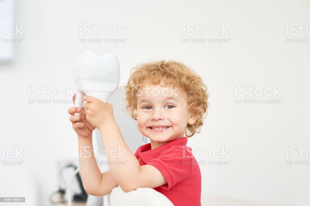 Lächelnde Kleinkind bei Zahnarztpraxis – Foto