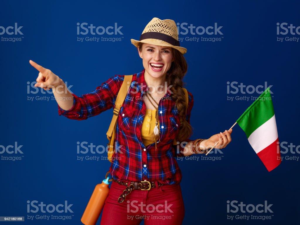 Lächelnde Frau Tourist mit Flagge von Italien auf etwas gerichtet – Foto