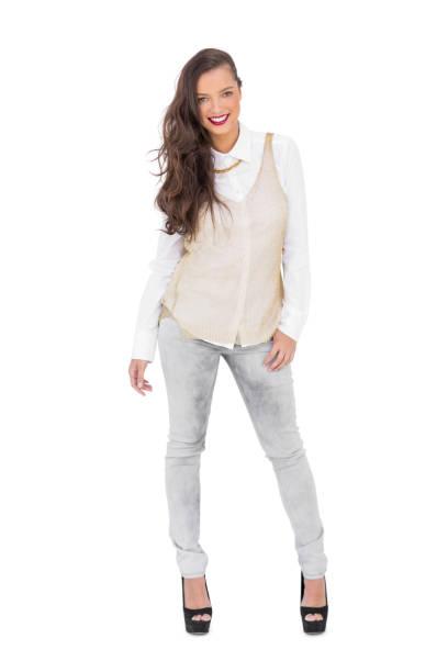 lächelnde trendige frau posiert - pflaumen jeans stock-fotos und bilder