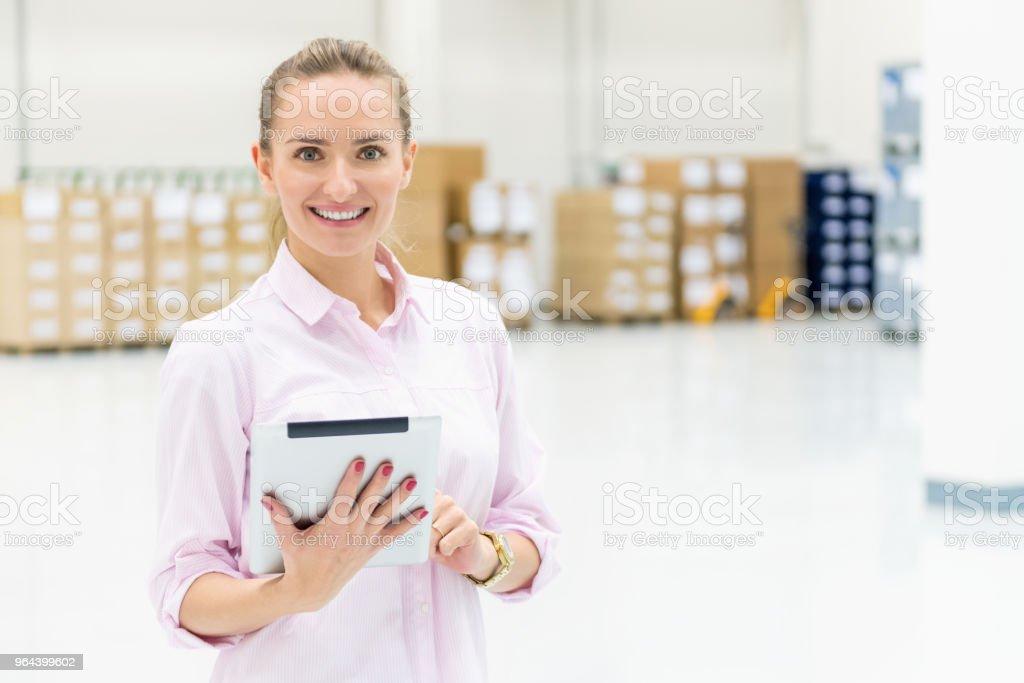 Trabalhador de colarinho branco no armazém a sorrir - Foto de stock de 25-30 Anos royalty-free
