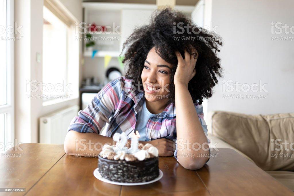 Lächelnde Frau und Geburtstag Kuchen – Foto