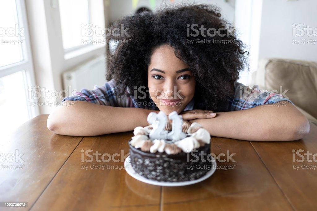 Lächelnde Frau und Geburtstag Kuchen mit Kerzen – Foto