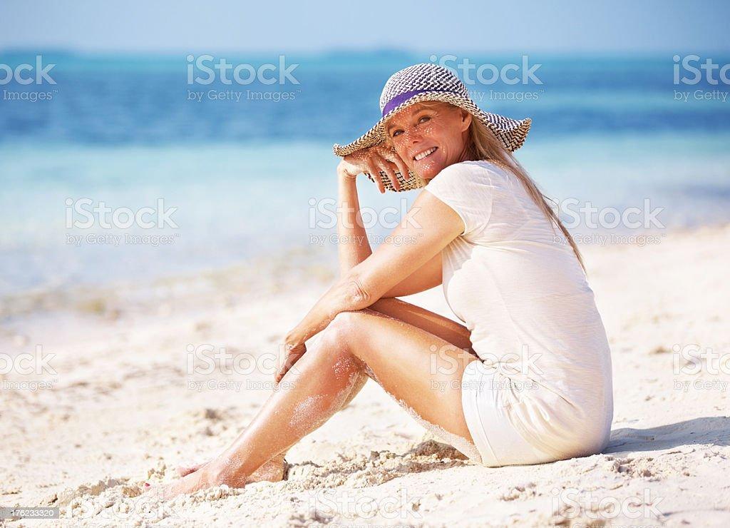 Lächelnde Frau am Strand – Foto