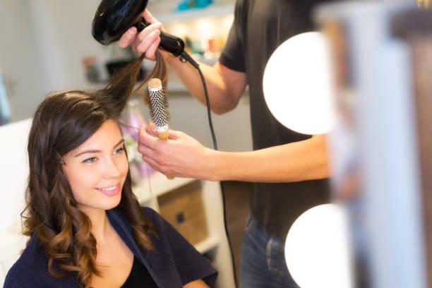lächelnde frau bei friseur - modedetails stock-fotos und bilder