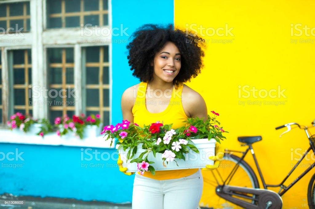Lachelnde Frau Mit Blumen Im Topf Stockfoto Und Mehr Bilder Von Afrikanischer Abstammung