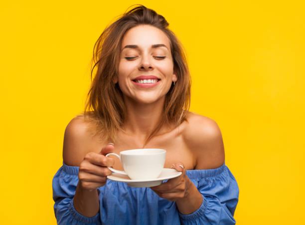 leende kvinna njuter kaffe - food woman to smell bildbanksfoton och bilder