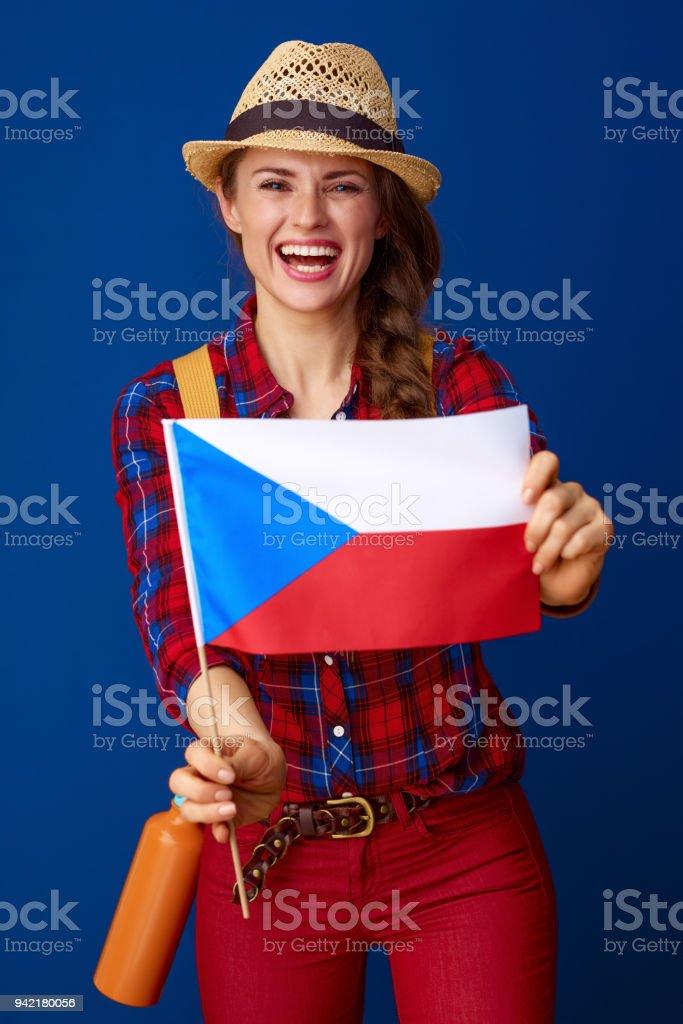 excursionista de mujer sonriente en el fondo azul con bandera de Checa - foto de stock
