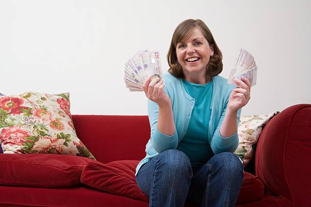 Lächelnde Frau hält Banknoten – Foto