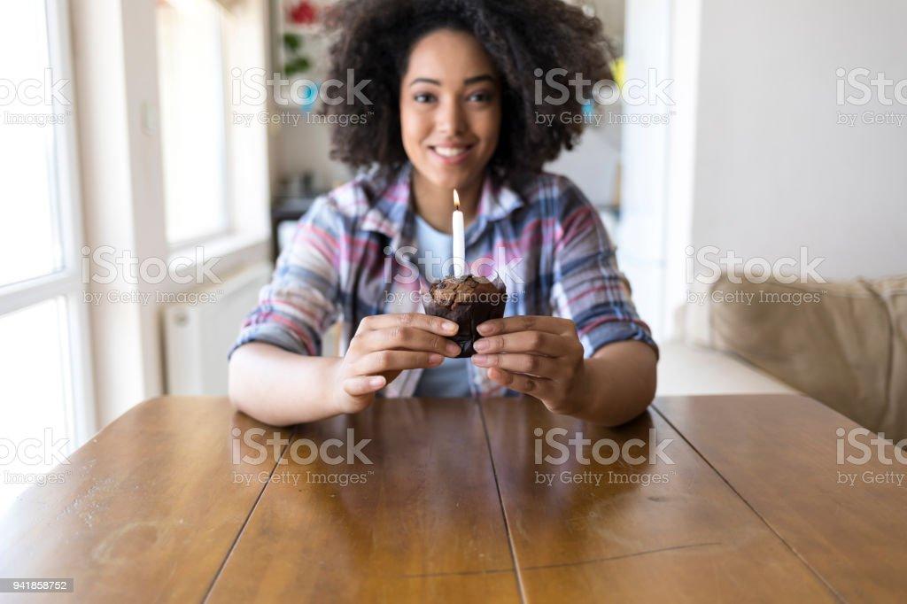Mulher sorridente segurando o bolo de aniversário com velas - foto de acervo
