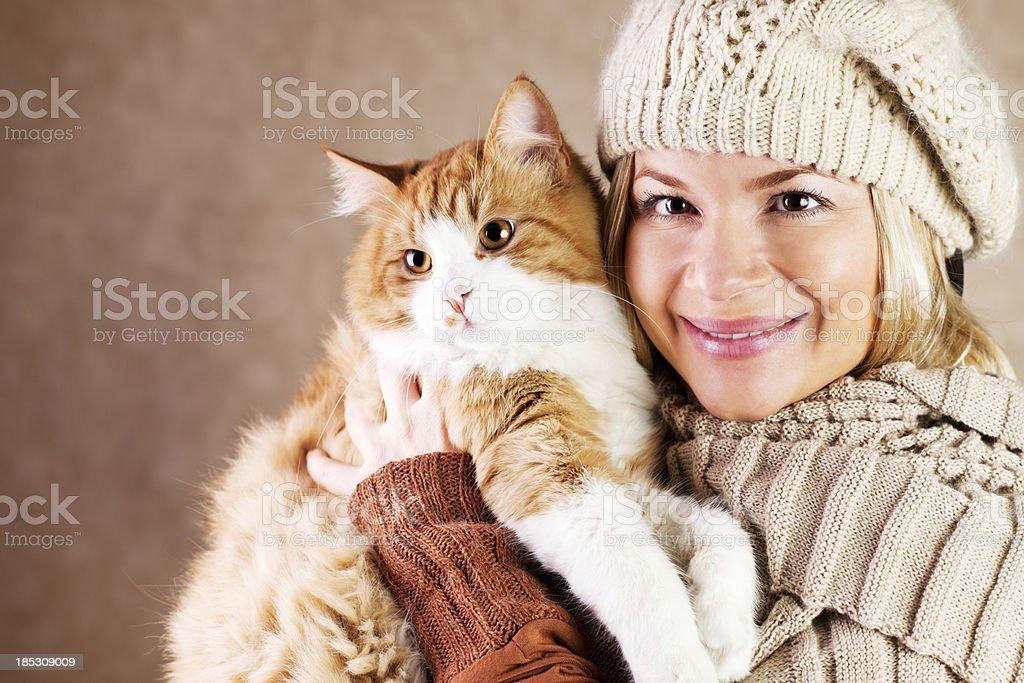 Lächelnde Frau hält ihr hübsches Katze. – Foto