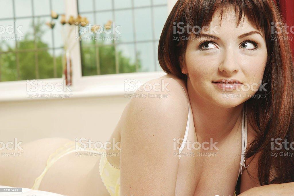 Lächelnde Frau im Bett Lizenzfreies stock-foto
