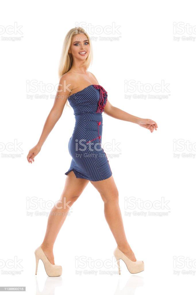 Está Sonriente En Punteado Vestido Mini Tacones Y Mujer Altos Azul OkuXPZTi