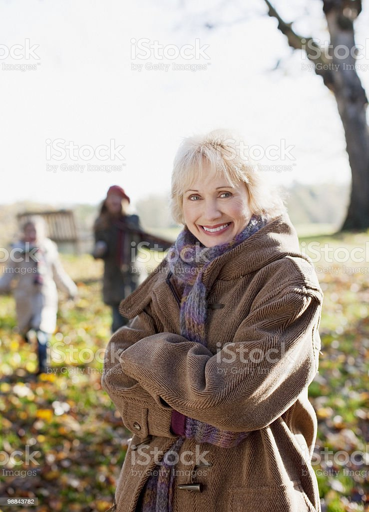 Smiling woman in coat outdoors in autumn royalty free stockfoto