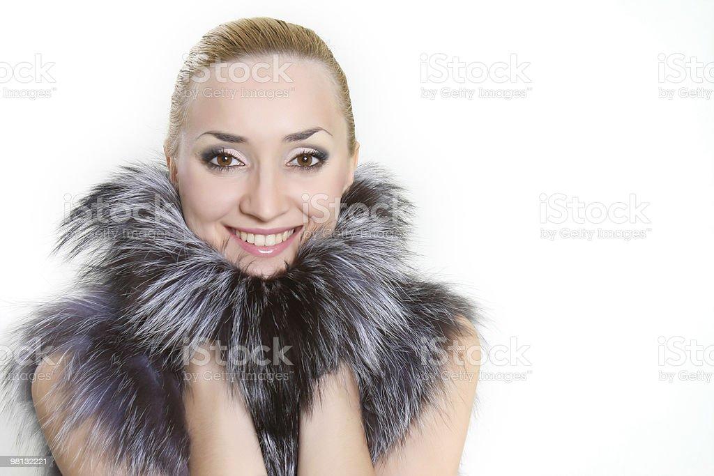Donna sorridente in pelliccia su bianco foto stock royalty-free