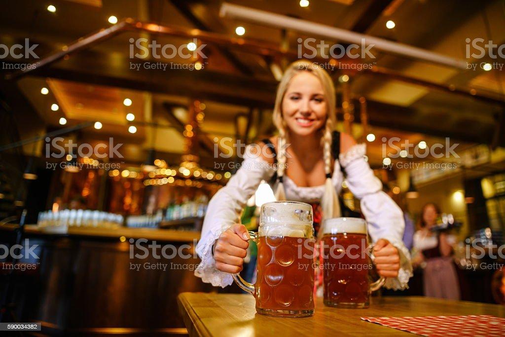 Mujer sonriente en uniforme - foto de stock