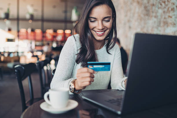 Lächelnde Frau macht einen Kreditkartenkauf – Foto