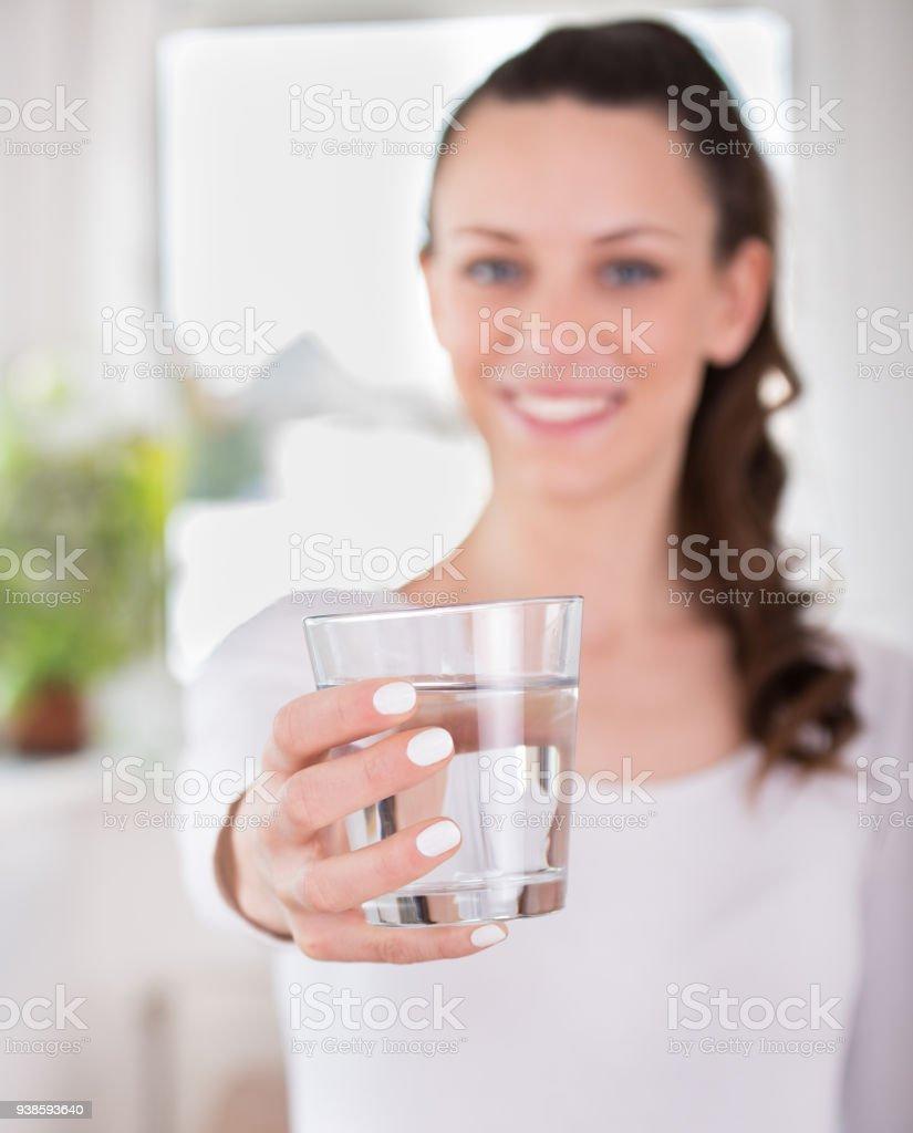 Lächelnde Frau mit Glas Wasser – Foto