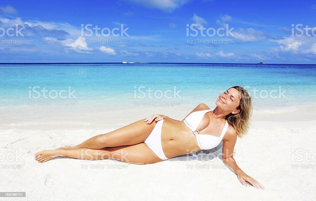 Lächelnde Frau am Strand. – Foto