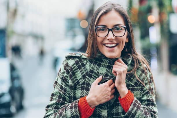 lächelnde frau draußen in der kälte - gute winterjacken stock-fotos und bilder