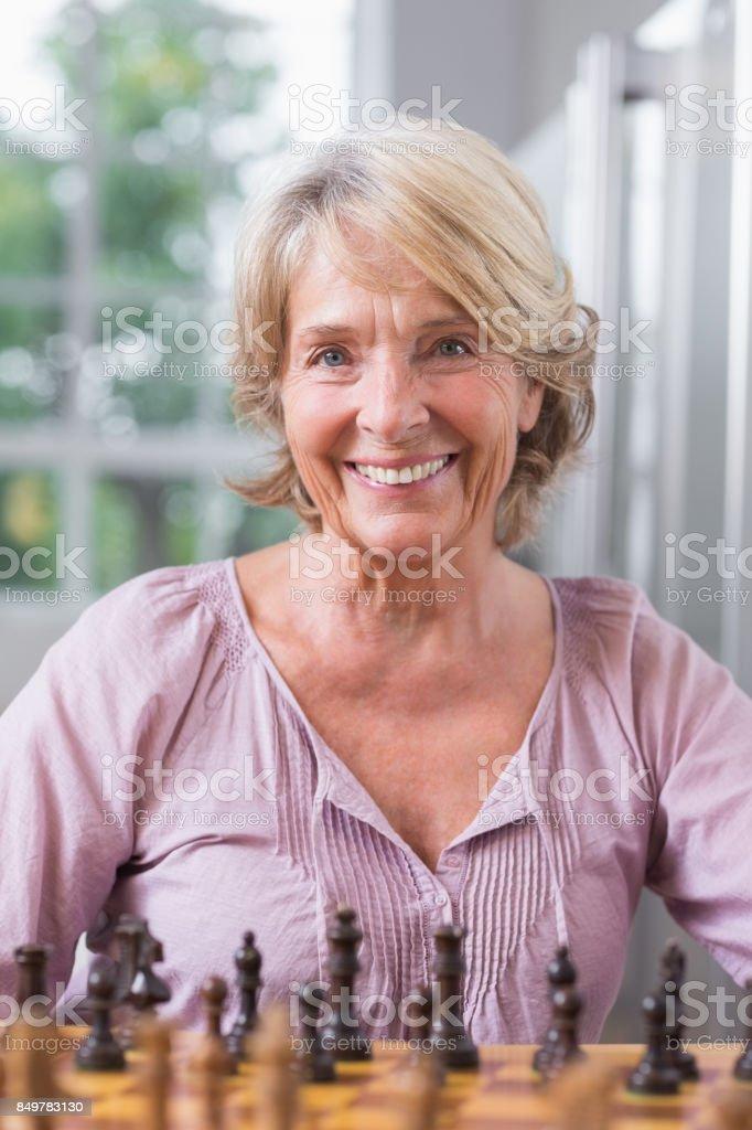 Femme souriante, jouant aux échecs - Photo