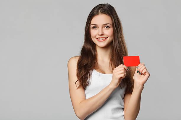 笑顔の女性を空白のクレジットカードをホワイトの t シャツ、絶縁 ストックフォト
