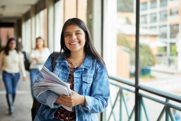 Lächelnde Frau steht im Flur an der Universität – Foto