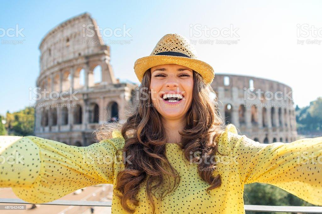 Lächelnde Frau tourist selfie von Kolosseum in Rom – Foto