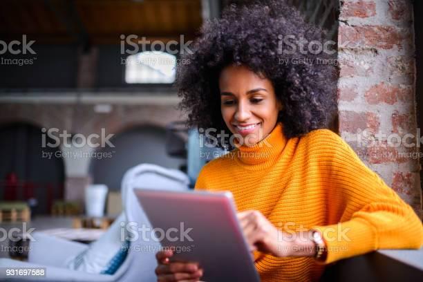Smiling woman using digital tablet picture id931697588?b=1&k=6&m=931697588&s=612x612&h=3hsip blkyzbpwpfykfuzu80ewuozhhkrqvugr9gzmq=