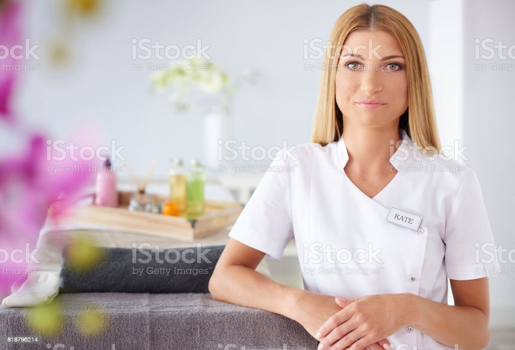 Lachende vrouw waitting voor klanten foto