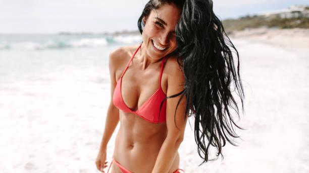 mulher de sorriso que anda na praia - biquíni - fotografias e filmes do acervo